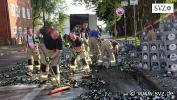 Lkw verliert Ladung: Haufenweise zerbrochene Flaschen vor der Stadthalle in Parchim | svz.de - svz – Schweriner Volkszeitung