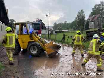 Feuerwehr im Einsatz - Starker Regen überflutet Straßen in Schleusingen - inSüdthüringen