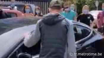 Des passants brisent la vitre d'une Tesla située en plein soleil pour sauver une fillette endormie - Metro Belgique