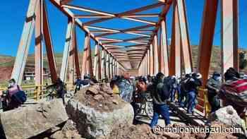 Caos a esta hora de la mañana en el puente Azángaro - Radio Onda Azul