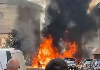 Incendio a Sesto San Giovanni, auto avvolta dalle fiamme: paura tra i residenti - Fanpage.it
