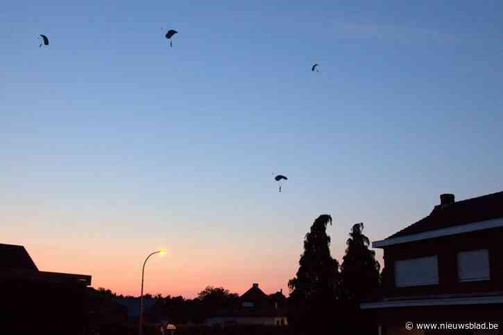 Parachutisten geven luchtruim kleur