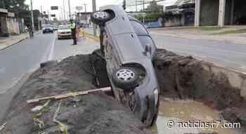 Sem sinalização, carro cai em buraco de obra em Olinda (PE) - HORA 7