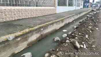 Trabajos paralizados y agua estancada en Las Palmas - La Hora (Ecuador)
