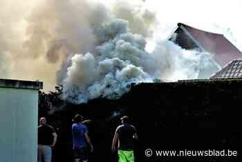 """Enorme rookontwikkeling door brandende haag: """"Typisch voor d... (Melle) - Het Nieuwsblad"""