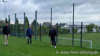Neuer Zaun für den Sportplatz in Saffig: Energieversorger unterstützt Verein - Rhein-Zeitung