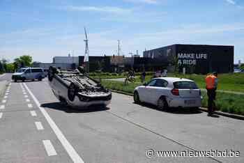Automobiliste ramt geparkeerde auto en gaat over de kop