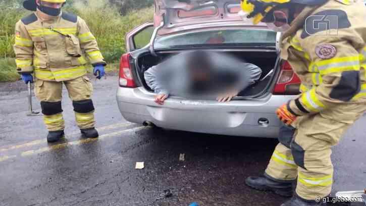 Homem é encontrado dentro de porta-malas de carro acidentado em Farroupilha; motorista e passageira são presos, diz polícia - G1
