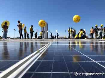 Manifestantes montam painel de energia solar no gramado do Congresso Nacional para pedir regulamentação no setor - G1