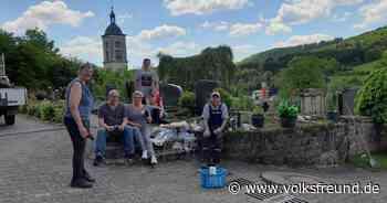 Unkraut jäten: Freiwillige Helfer pflegen Friedhof in Bollendorf - Trierischer Volksfreund