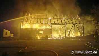 Feuerwehr Kremmen im Einsatz : Feuer zerstört Scheune in Flatow - Polizei sucht nach Ursache - moz.de