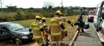 Carro capota na BR-020, em Sobradinho, com dois passageiros - Correio Braziliense