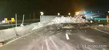 Caminhão carregado com alho tomba e interdita Via Dutra, em Barra Mansa, por cerca de 4h - G1