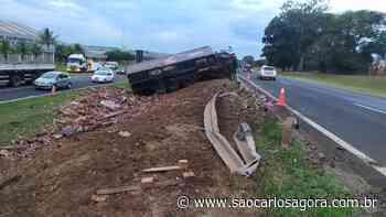 Acidente com caminhão carregado de água de coco causa congestionamento na Washington Luis - São Carlos Agora
