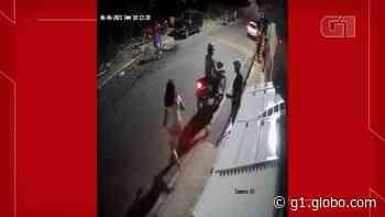 Bicicleta atinge em cheio mulher que atravessava rua em Juazeiro do Norte; vídeo - G1