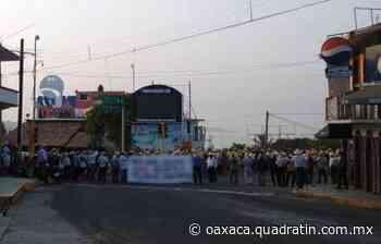 Bloquean carretera y calle en Puerto Escondido 9:23 - Quadratín Oaxaca