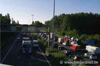 """E40 vrijgemaakt na zwaar ongeval in Sint-Denijs-Westrem na ongeval: """"Tot twee uur aanschuiven, mijd de omgeving"""""""