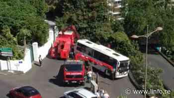 Saint-Denis: un bus coincé dans les rampes Ozoux - LINFO.re