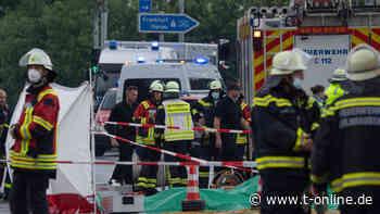 Frankfurt/Gelnhausen: Flugzeug stürzt an Autobahn in Baum – zwei Tote - t-online