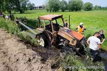 """Landbouwer ziet 37 jaar oude tractor in de vlammen opgaan: """"Ik had er net twee uur mee gewerkt"""""""