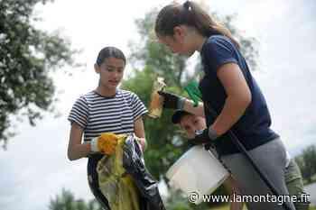 Des élèves du collège Anne-de-Beaujeu ont ramassé 18 kg de déchets au plan d'eau des Champins, à Moulins (Allier) - La Montagne