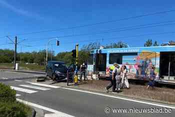 Vrouw (62) naar ziekenhuis na aanrijding door Kusttram