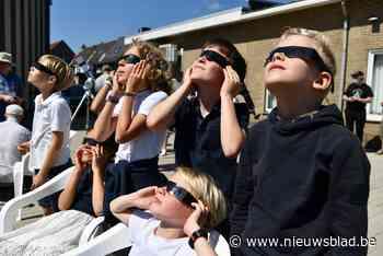 """Jong en oud kijken naar zonsverduistering: """"Alsof een muis een hapje uit een bol kaas nam"""" - Het Nieuwsblad"""