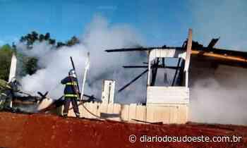 Fogo destrói residência no bairro Novo Horizonte - Diário do Sudoeste
