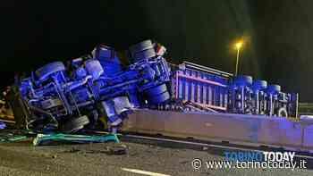 Pauroso incidente sull'autostrada Torino-Milano: tir finisce a cavallo dello spartitraffico centrale - TorinoToday