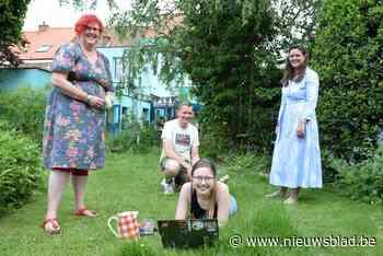 Voetbadje, taart van de dag en fris water: 'blokmama' Inge verwent studenten in haar tuin
