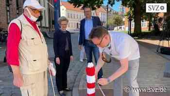 Sehbehindertentag in Parchim: Pollermützen-Aktion findet auch beim Bürgermeister Gehör | svz.de - svz – Schweriner Volkszeitung