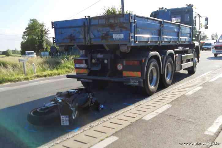 Poolse motorrijder gewond nadat hij tegen stilstaande vrachtwagen knalt