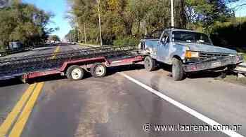 Llevaba un tráiler, hizo el «efecto tijera» y se incrustó en la camioneta - La Pampa La Arena