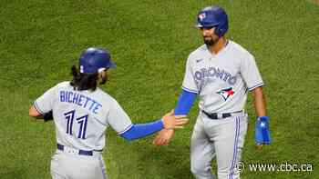 Blue Jays offence erupts for 5 late runs to lead comeback over White Sox