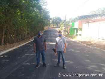 Denilton e Vinícius, autores da solicitação do recurso, acompanham pavimentação no Pinhalzinho - SeuJornal