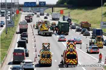 Puffen geblazen in ellenlange file na ongeval op Brusselse Ring - Het Nieuwsblad