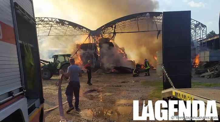 Incendio a Pianezza: in fiamme i capannoni di una cascina, colonna di fumo visibile da distante - http://www.lagendanews.com