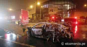 San Juan de Miraflores: auto se incendió frente al centro comercial Mall del Sur - El Comercio Perú