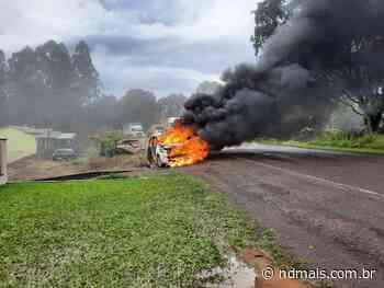 Incêndio destrói carro às margens da SC-163 em Itapiranga - ND Mais