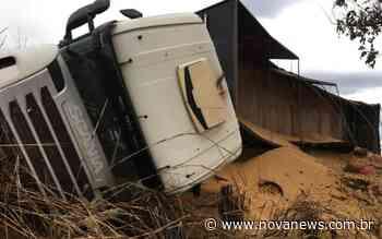 Nova Andradina: Carreta que transportava soja tomba na rodovia BR-267 - Nova News