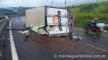 Caminhão tomba no Contorno Sul de Apucarana - Mandaguari Online