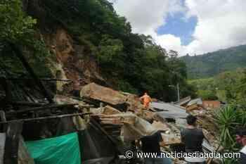 Derrumbe sepultó por lo menos tres viviendas en la vía Cajamarca-Anaime - Noticias Día a Día