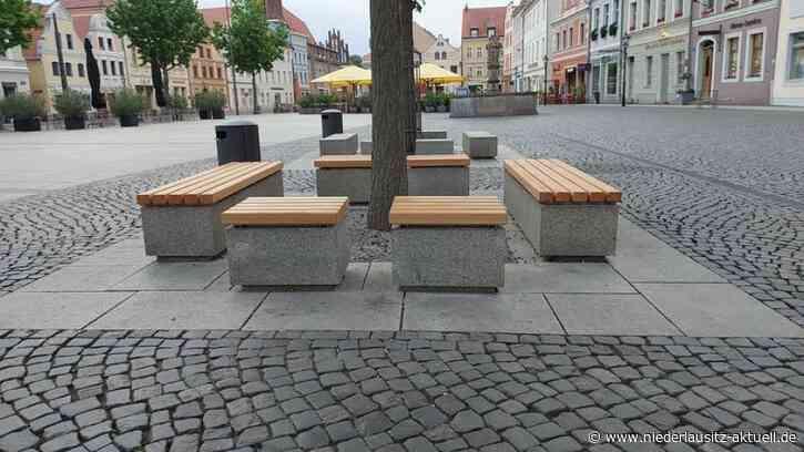 Bänke auf Cottbuser Altmarkt mit neuen Holzauflagen