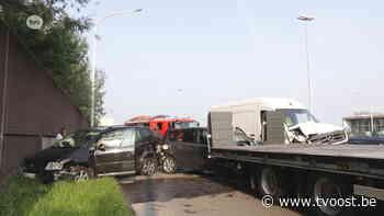 Bestelwagen rijdt in op file E17 afrit Temse, 2 bestuurders gewond - TV Oost