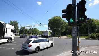 Verkehr und Sicherheit: Warum fällt die Ampel am Familiengarten in Eberswalde ständig aus? - moz.de