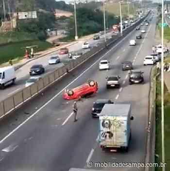Carro capota na rodovia Régis Bittencourt em Embu das Artes - Mobilidade Sampa