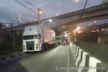 Carreta travada bloqueia Avenida João Paulo I em Embu das Artes - Mobilidade Sampa