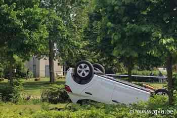 Auto gaat over de kop en belandt in parkje - Gazet van Antwerpen