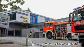 Wasserrohr geplatzt: Feuerwehr rückt zur Klingenhalle aus