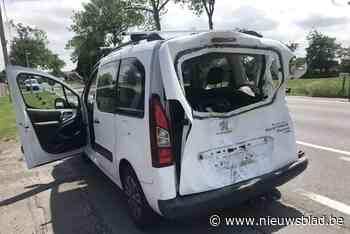 Motorrijdster gewond en auto perte totale na ongeval met tractor